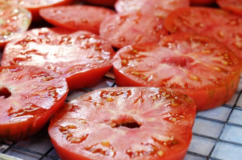 Sliced tomato for drying