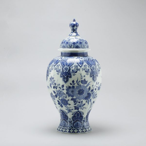 A faience urn with lid, Plateelbakkerij Ram in Arnhem, 1920s/30s.