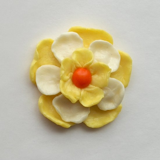 Make a spring wreath out of Skittles, with flowers made out of Starbursts. How awesome is this?? #CollectiveBias #shop