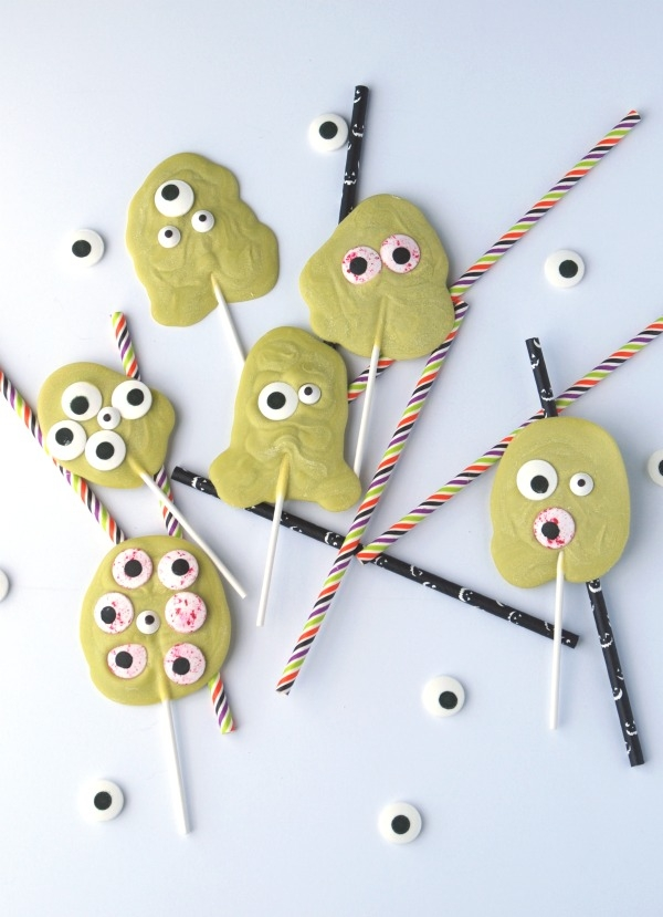 These monster lollipops are the cutest, and they're one of the easiest treats you can make! #31DaysofHalloween