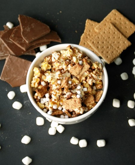 S'mores popcorn: Chocolate-drizzled popcorn mixed with marshmallows and graham cracker pieces. So easy and so delicious!
