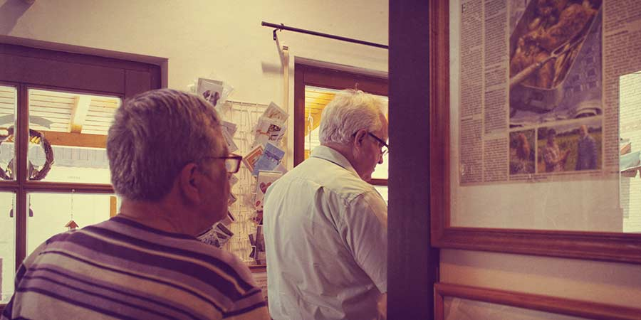 Kunden im Hoflädchen Ochsenschläger in Biblis-Wattenheim