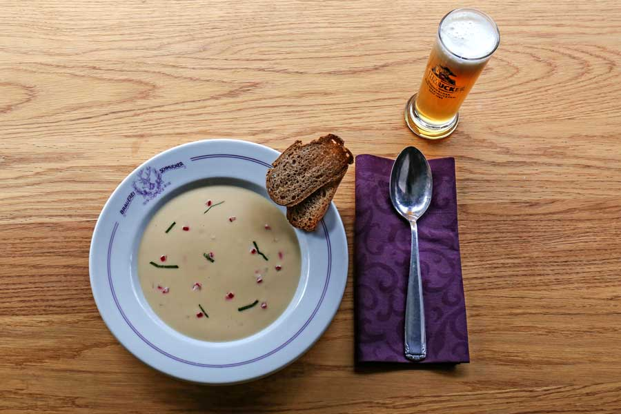 Biersuppe mit Hopfenpudding, serviert im Hochzeitsgeschirr der Familie Lippmann, den Vorbesitzern der Privat-Brauerei Schmucker