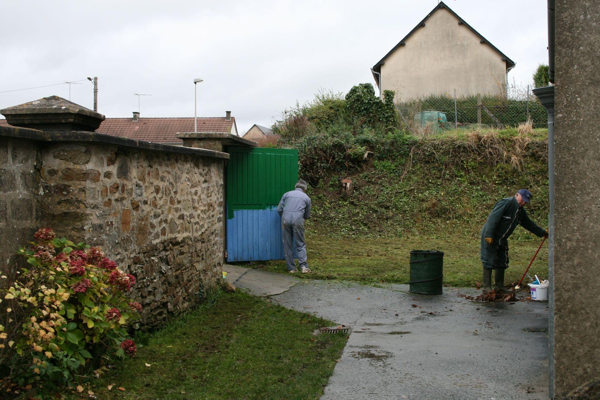 """Entretien des """"espaces verts"""" et peinture de la porte d'entrée"""