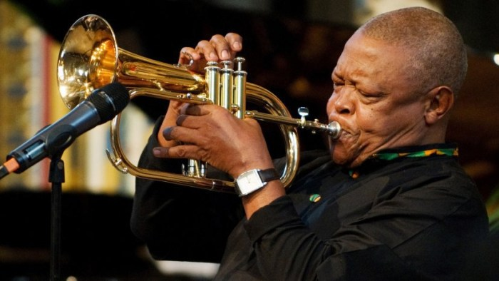 hugh-masekela-tromba-morto-end-of-a-century-foto
