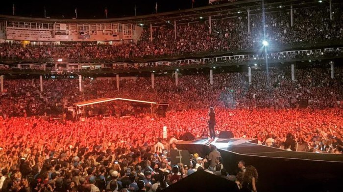 "foo fighters concerto wrigley field chicago 29 luglio insieme a Rick Nielsen suonano ""Ain't That A Shame"" dei CHeap Trick e Fats Domino"