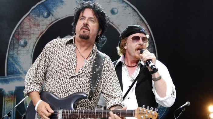 """I Toto hanno suonato la cover di """"Hash Pipe"""" dei Weezer a Vancouver, Canada"""