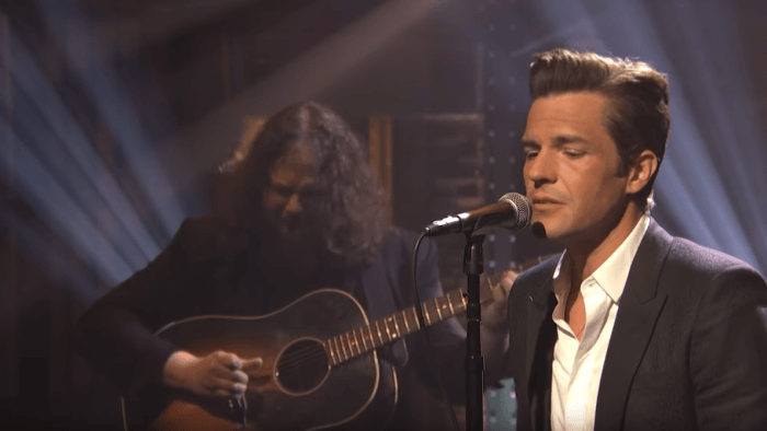 """brandon flowers the killers ospite late night with seth meyers suona canzone """"when you were young"""" foto"""