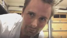 """Matthew Bellamy Muse suona la nuova canzone """"The Dark Side"""""""
