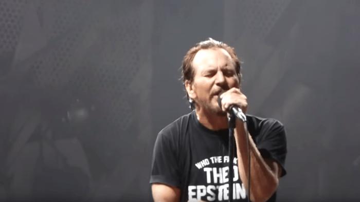 """Eddie Vedder e i Pearl Jam hanno suonato per la prima volta """"Evil Little Goat"""", canzone scartata da """"Ten"""" del 1991 e presente nella riedizione del 2009, al Wrigley Field Stadium di Chicago il 20 agosto 2018"""