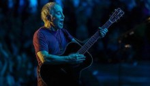 "Paul SImon ha tenuto l'ultimo concerto del tour d'addio ""Homeward Bound"" a New York, ecco scaletta e video della serata"