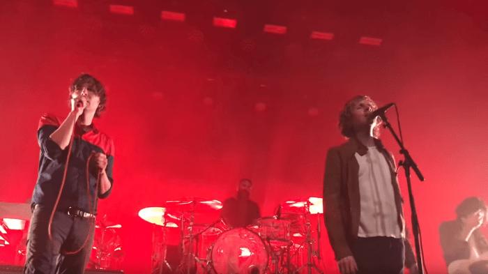 """Beck si è unito ai Phoenix al Fonda Theatre di Los Angeles per cantare """"Lost Cause"""" e """"Jack-Ass"""""""