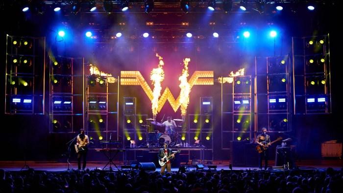"""I Weezer hanno suonato """"All The Small Things"""" dei Blink 182 al Riot Fest di Chicago"""