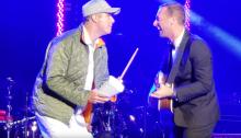 """Chris Martin suona """"Viva La Vida"""" accompagnato al cowbell da Will Ferrell"""