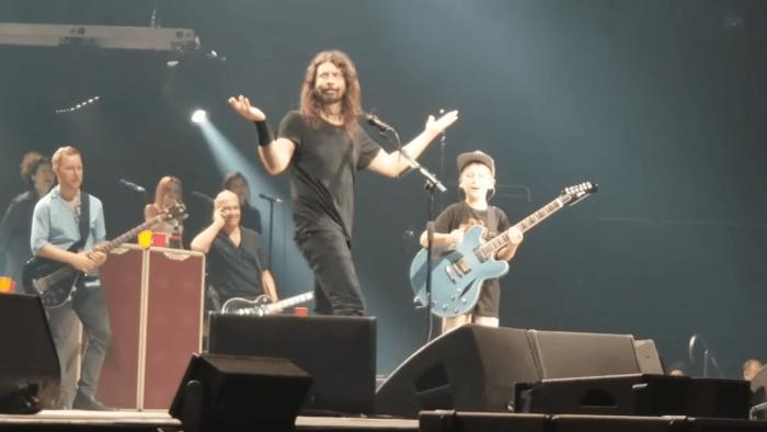 """Collier Cash Rule, fan di 10 anni dei Foo Fighters, ha suonato """"Enter Sadman"""" con Dave Grohl e compagni"""
