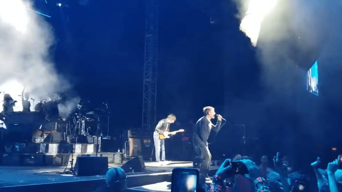 """Graham Coxon sale sul palco del Demon Dayz Festival per suonare """"Song 2"""" dei Blur con la band di Damon Albarn"""