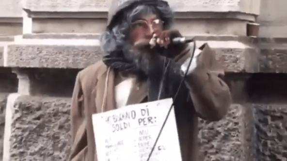 """Salmo vestito da barbone canta i brani di """"Playlist"""" per le strade di Milano"""