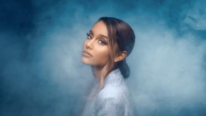 """Ariana Grande pubblica una nuova versione del video di """"Breathin"""" in cui lei stessa è protagonista"""
