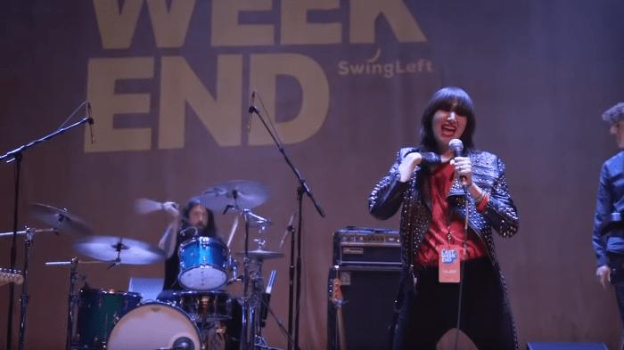 Dave Grohl ha suonato la batteria con Yeah Yeah Yeahs e Beck per un evento politico