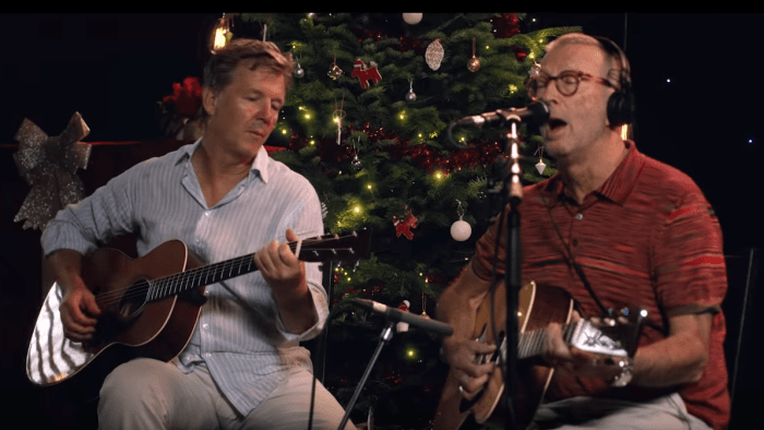 Eric Clapton White Christmas.Eric Clapton Guarda Il Video Di White Christmas Dal Vivo