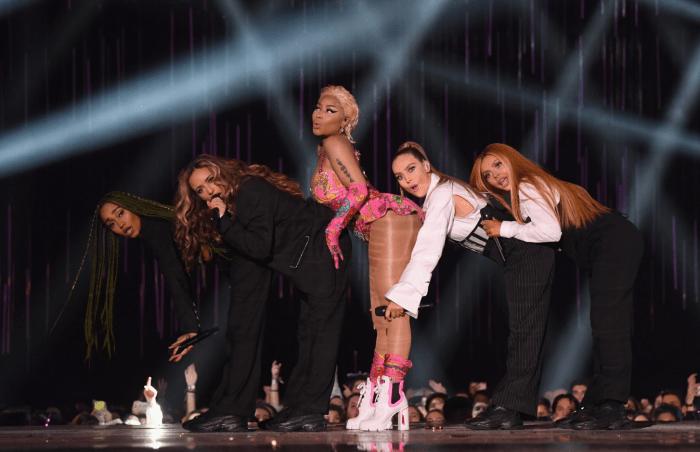 Nicki Minaj e le Little Mix sul palco degli MTV Europe Music Awards 2018
