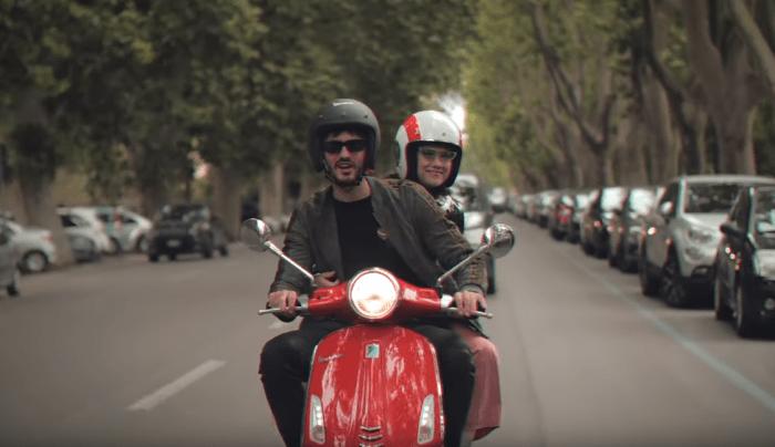 """Elisa e Carl Brave tra i vicoli di Roma in Vespa nel video del nuovo singolo """"Vivere Tutte Le Vite"""""""