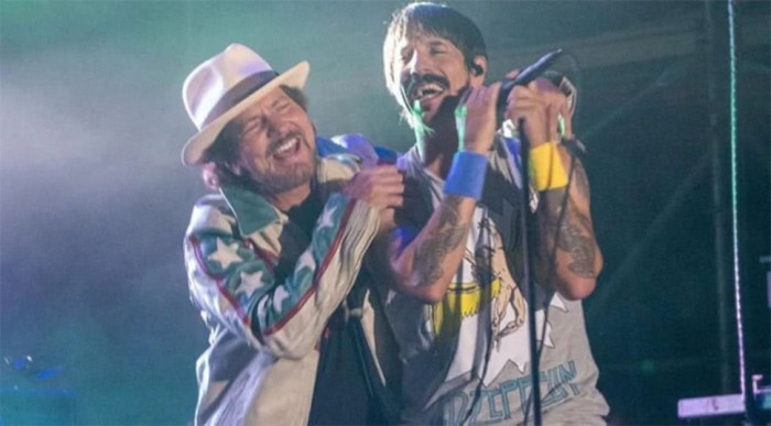 Eddie Vedder e Anthony Kiedis insieme per due cover di Prince e Jimi Hendrix