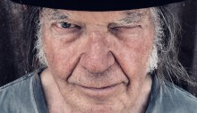 Neil Young compie 74 anni
