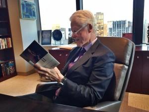 Bill Clinton Reading Bush's Book - Photo from Twitter