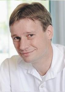 Приват-доцент доктор Ральф Хемпельманн, ведущий врач нейрохирургического отделения и отделения хирургии позвоночника