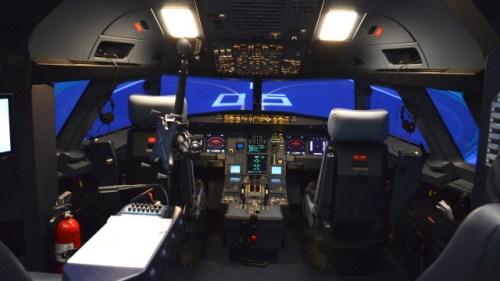 Los simuladores pueden replicar cualquier escenario que se presente en el vuelo con una cabina idéntica al del avión.