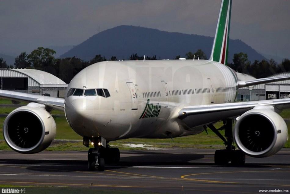 Alitalia Boeing 777 aterrizando en Ciudad de México