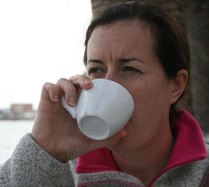 En Emilia dricker kaffe