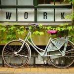 stressa av - är du ditt jobb. bild på cykel och text i bakgrunden work