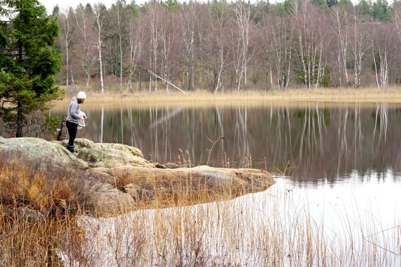 köpstopp2019 bild på emilia vid sjö och klippa