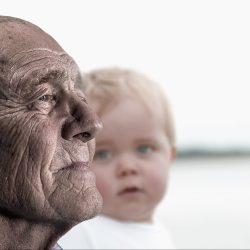Foto man met kleinkind