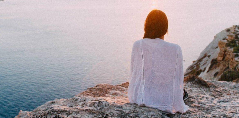 Foto vrouw die over zee uitkijkt