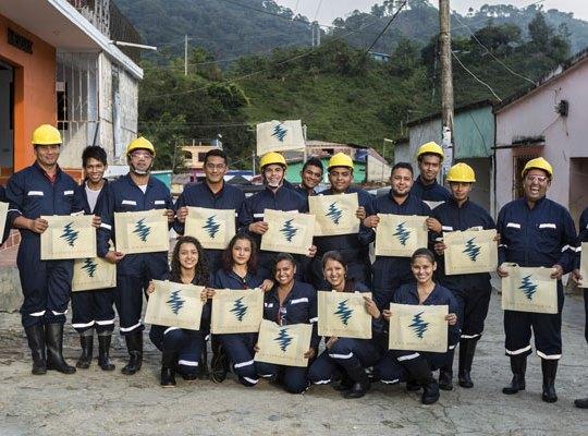 Equipo de técnicos en redes eléctricas domiciliarias; Palmor, Ciénaga, Sierra Nevada de Santa Marta; Foto: Hanz Rippe Gabriel