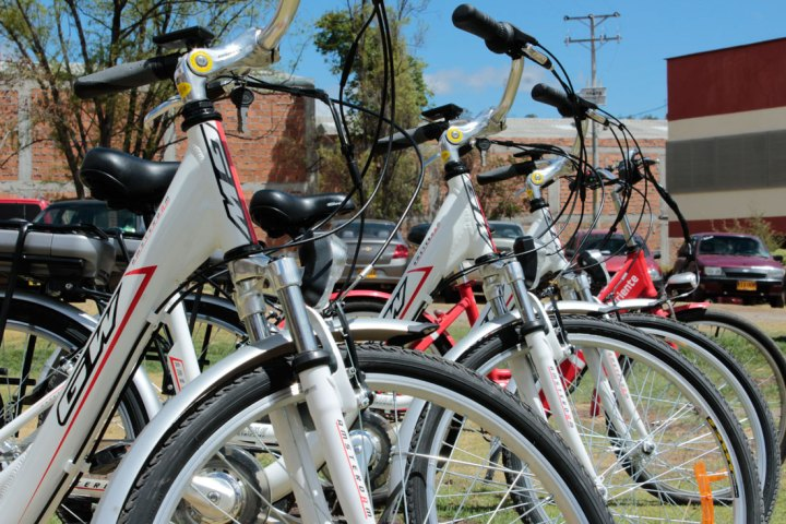 Bicicletas eléctricas que se cargan con energía solar en el Campus Verde de la Universidad de Nariño; Pasto, Nariño; Foto: UDENAR