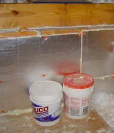 Attic kneewall sheathed with polyisocyanurate foam board