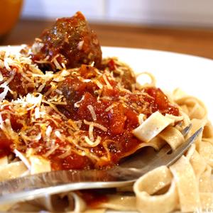 nærbilde av tallerken med spaghetti og kjøttboller