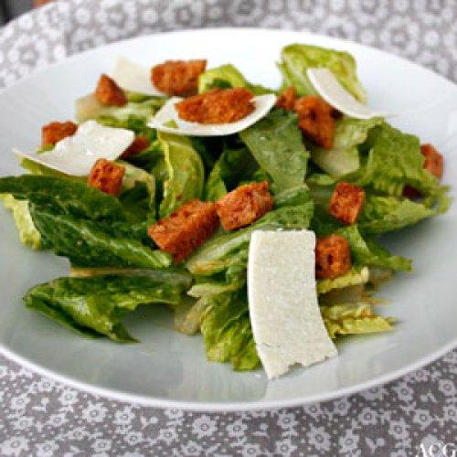 Cæsarsalat med parmesan og krutonger