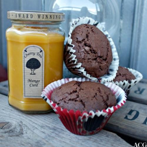 sjokolademuffins med et glass mango curd