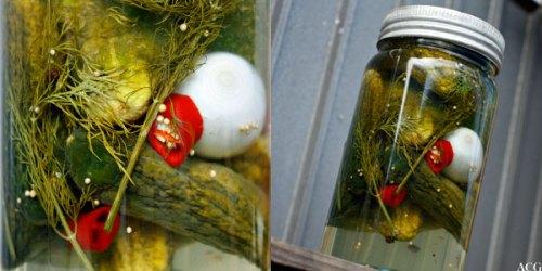 to bilder av ferdigsylta agurk på glass