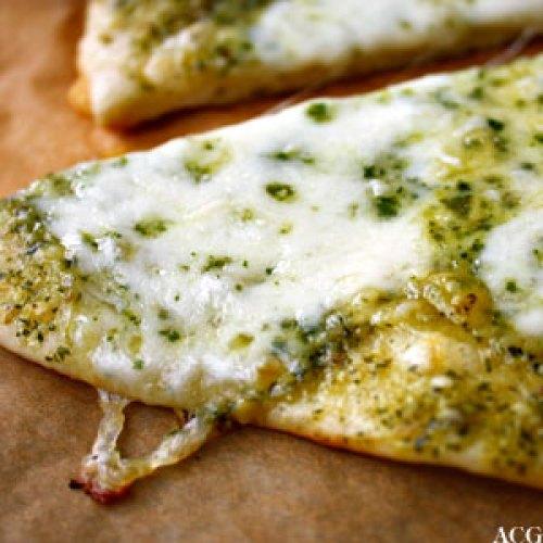 grønn pizza med pesto og mozzarella