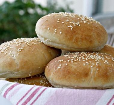 stabel med hjemmelagde hamburgerbrød