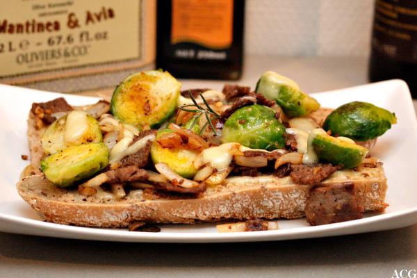 Bilde av open face sandwich med reinsdyrskav og rosenkål