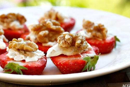 Nærbilde av jordbærsnacks med pepperost, valnøtter og akasiehonning