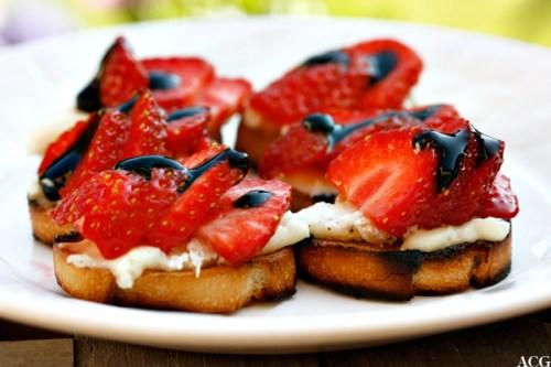 6 små toast med brie og jordbær