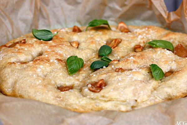 Hvitløksfoccacia med basilikumsblader